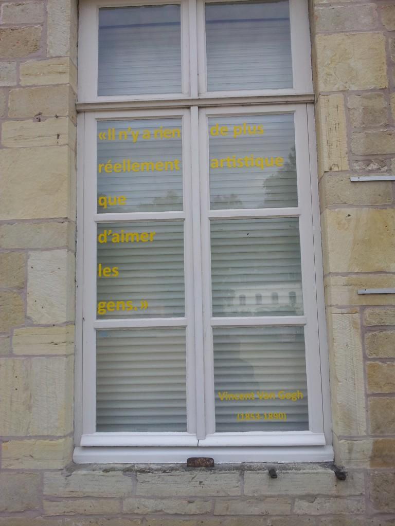 Citation sur la fenêtre du Centre.
