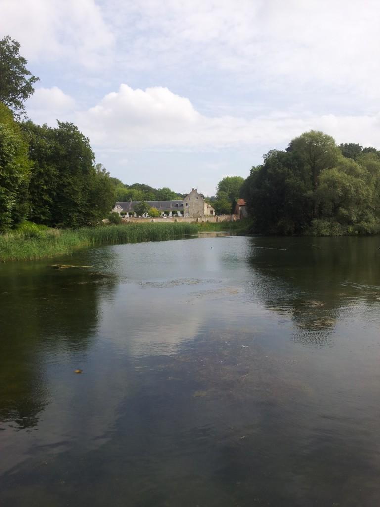 Le centre depuis le petit pont surplombant un des étangs.