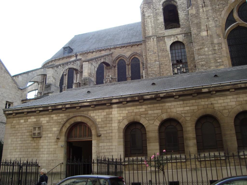 Une église coincée dans la ville